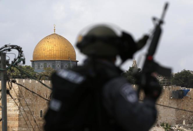 Un soldat israélien, dans le quartier Ras al-Amud, à Jérusalem-Est. Au fond, le dôme de la mosquée Al-Aqsa, le troisième lieu saint de l'islam. Octobre 2015.