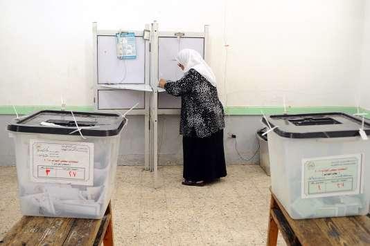 Une femme dans un bureau de vote, à Alexandrie, en Egypte, le 19 octobre 2015. Le taux de participation provisoire aux élections législatives est de 15 à 16 %.