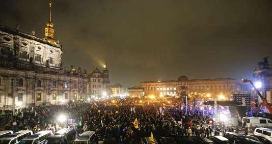 La police encadre la manifestation de Pegida pour prévenir les altercations avec les opposants au mouvement islamophobe.