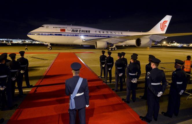L'avion transportant le président chinois Xi Jinping à son arrivée à l'aéroport de Londres le 19 octobre 2015.