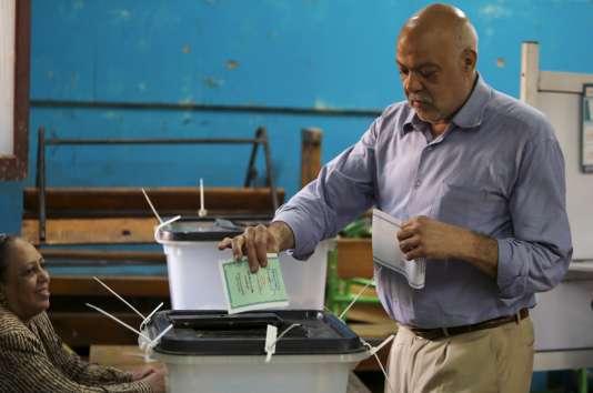 Dans un bureau de vote en Egypte lundi 19 octobre.