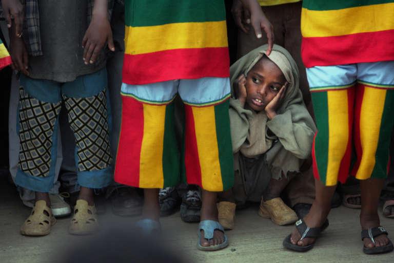 A Addis-Abeba, des enfants portent le drapeau éthiopien cousu en pantalons.
