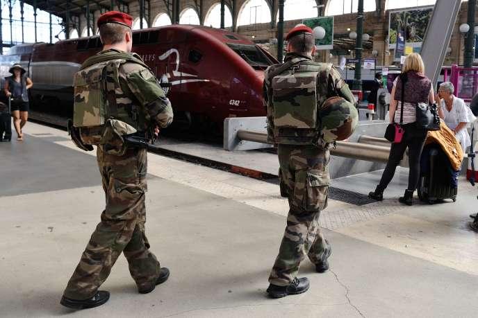 Des soldats français patrouillent à la gare du Nord, à Paris,le 22 août 2015.