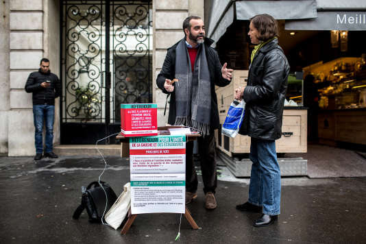Des militants socialistes ont installé une urne pour solliciter le vote des passants sur le marché Maubert dans le cadre du référendum sur l'unité de la gauche à Paris le 17 octobre 2015.