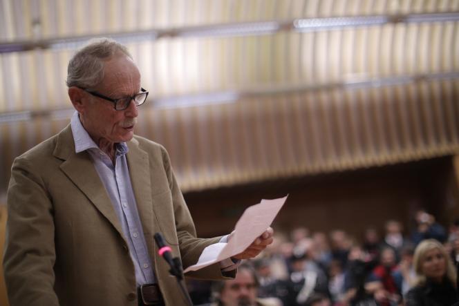 Dans une déclaration au tribunal de quelques minutes, debout, Erri De Luca a répété qu'il considérait « le verbe saboter [comme] noble et démocratique ».