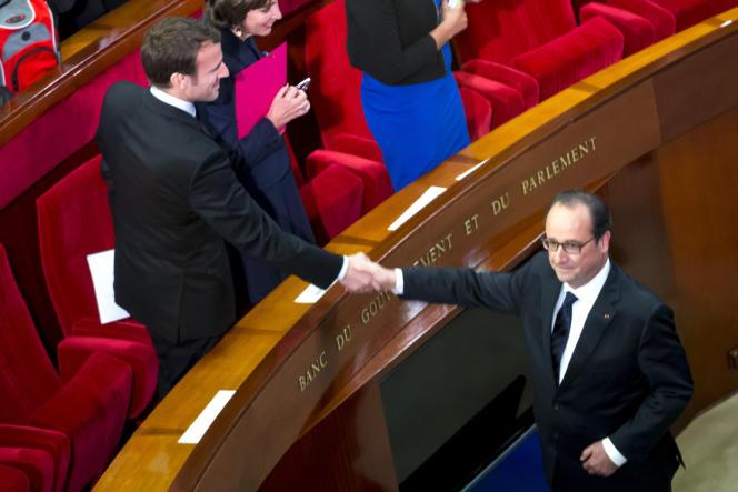 François Hollande et Emmanuel Macron, ministre de l'économie, lors de la 4e conférence sociale pour l'emploi à Paris, le 19 octobre.