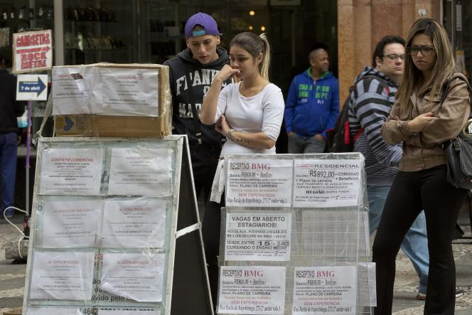Des habitants de Sao Paulo au Brésil regardent des annonces d'emplois le 25 août 2015.
