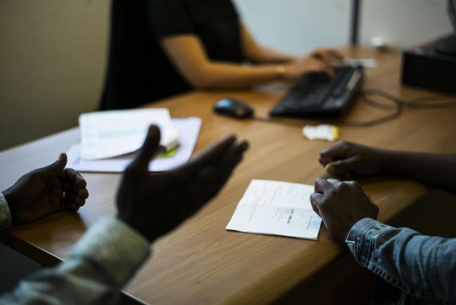Entretien d un demandeur d'asile dans les bureaux de l'Ofpra, à Fontenay-sous-Bois, le 12 juin.