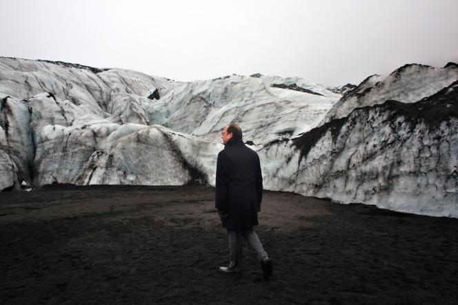 François Hollande sur le glacier de Solheimajökull, victime du réchauffement climatique, lors d'une visite en Islande le 16 octobre 2015.
