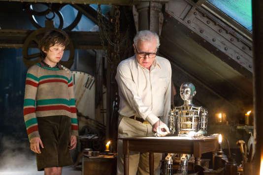 """Asa Butterfield et Martin Scorsese sur le tournage d'""""Hugo Cabret""""."""