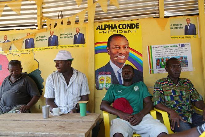 Des affiches de campagne d'Alpha Condé dans un restaurant de Conakry, en Guinée, le 17 octobre.