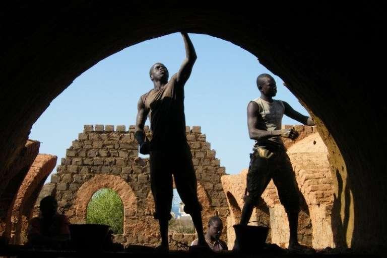 Des maçons en chantier à Touba Dialo, au Sénégal.