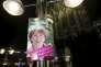 Une affiche de campagne d'Henriette Reker devant la cathédrale de Cologne le 18 octobre.