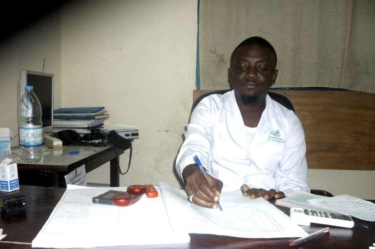 Richard-Gervais Béhibro pendant une consultation au dispensaire du centre de santé d'Abobo-Baoulé, le 14 septembre 2015.