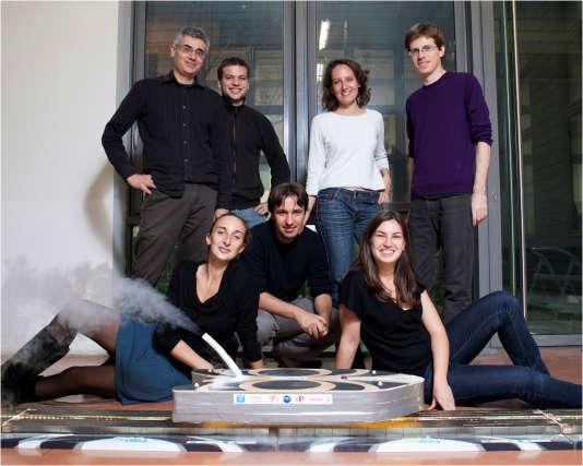 """L'équipe du physicien Alain Sacuto (Université Paris Diderot) qui a conçu le """"Mag Surf""""."""