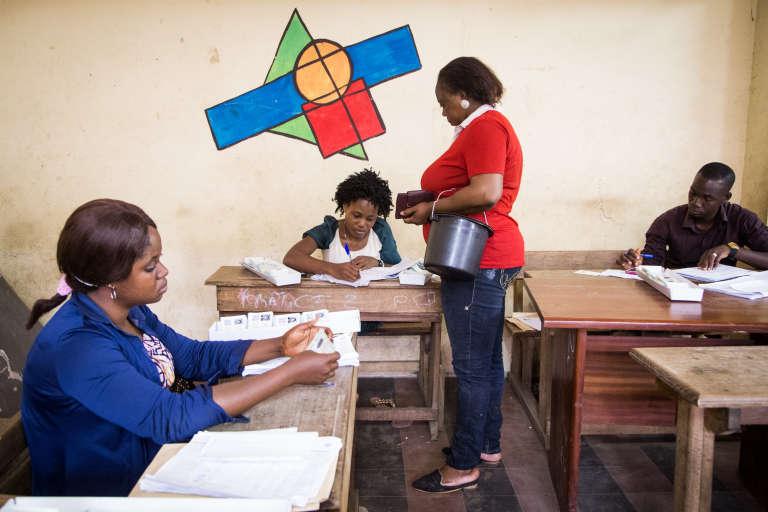 Centre de retrait des cartes d'électeurs situé au sein du groupe scolaire Jean Delafosse, à Adjam, samedi 17 octobre 2015.