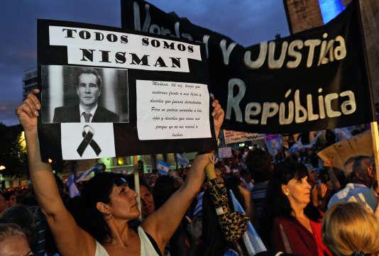Lors d'une marche silencieuse en mémoire d'Alberto Nisman, à Rosario, en Argentine le 18 février 2015.