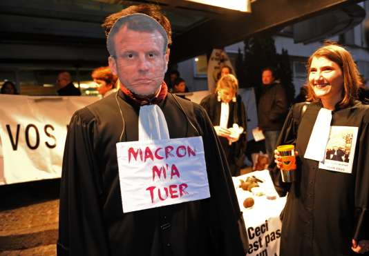 Deux cents avocats protestent contre la réforme de l'aide juridictionnelle portée par la ministre de la justice.