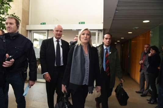Marine Le Pen lors de son arrivée au tribunal correctionnel de Lyon où elle comparaît pour ses propos polémiques sur les prières de rue musulmanes, le 20 octobre.