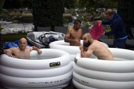 Les Australiens Moore, Beale et Fardy prennent un petit bain glacé, le 19 octobre à Teddington.