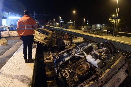 Des voitures incendiées sur les rails en gare de Moirans après les incidents impliquant des gens du voyages mardi 20 octobre en Isère et en Savoie.
