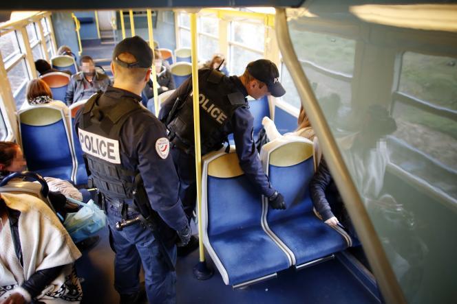 Des policiers patrouillent dans une rame du RER D entre Saint-Denis et Orry-la-Ville, le 13 octobre 2015.