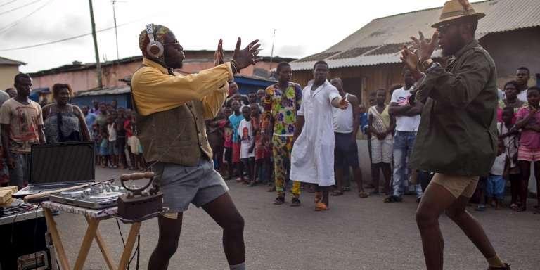Performance de rue du DJ Evans Mireku Kissi dans le quartier de Jamestown, à Accra, capitale du Ghana, en juin2015.