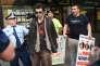 Des manifestants pro et anti-islam s'interpellent lors d'un rassemblement devant la mosquée Parramatta à Sydney, le 9 octobre.