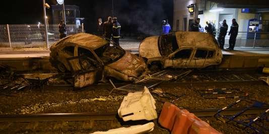 Des dizaines de voitures ont été incendiées mardi 20 octobre à Moirans dans l'Isère par des jeunes gens en colère après le rejet d'une demande de sortie temporaire de prison pour un de leur proche en vue d'assister à des funérailles.