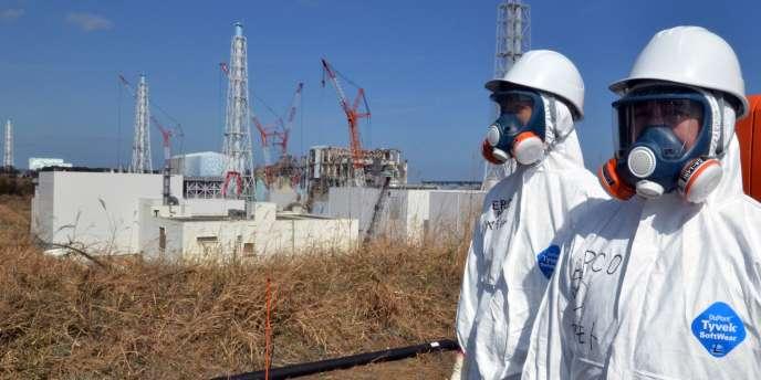 Des ouvriers devant la centrale nucléaie de Fukushima Daiichi, le 28 février 2012.