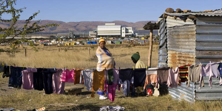 Deux habitantes d'un township près de Rustenberg (Afrique du Sud) en juin 2009.