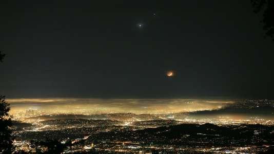 Vénus – la plus brillante – et Jupiter, vues depuis l'observatoire de la NASA sur le Mont Wilson en Californie en juin 2015.