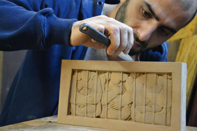 Le sculpteur syrien Khaled Dawa travaille sur l'une des œuvres de sa série