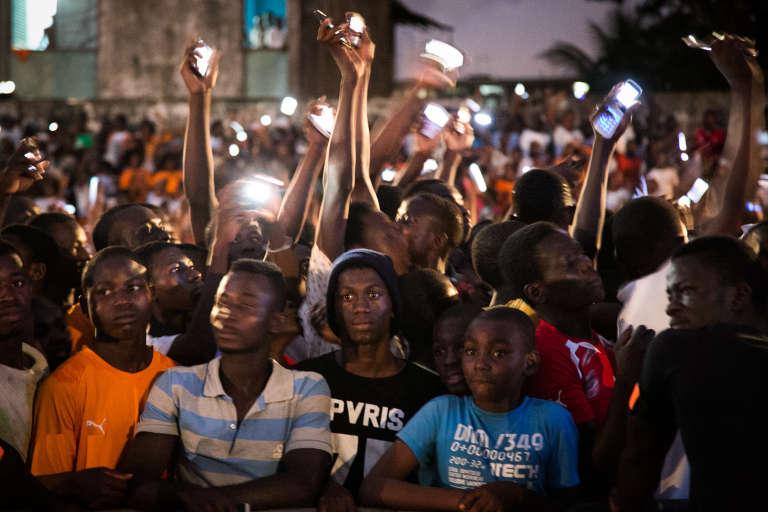 Des jeunes d'Adjamé venus assister au concert organisé en soutien au candidat Alassane Ouattara, dimanche 18 octobre 2015.