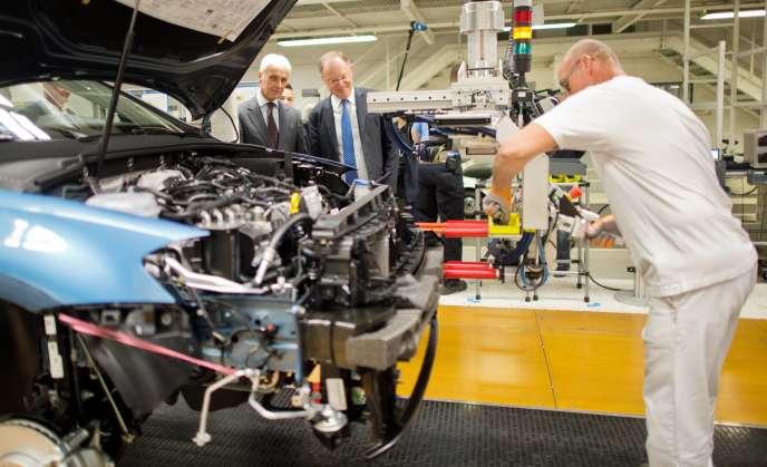 Le nouveau patron de Volkswagen, Matthias Müller, inspecte une chaîne d'assemblage de la Golf G7 à Wolfsburg, en Allemagne le 21 octobre.