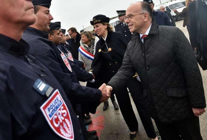 A Calais, le 21 octobre 2015, le ministre de l'intérieur Bernard Cazeneuve a annoncé le renforcement des effectifs policiers dans la région.