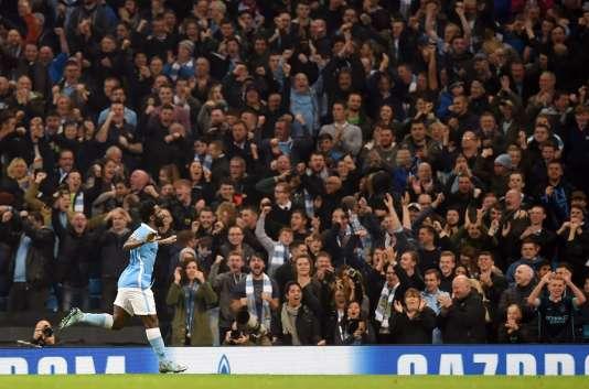 Wilfried Bony célèbre devant ses supporteurs le premier but de Manchester City contre Séville, mercredi soir en match de poule de la Ligue des Champions.