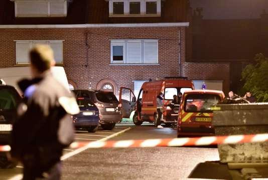 Un couple et ses trois enfants ont été retrouvés morts à leur domicile près de Lille, un probable drame familial ayant pour origine des problèmes financiers.
