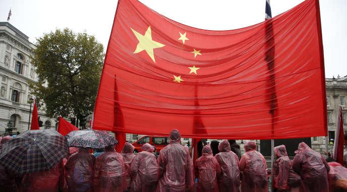 Partisans du président chinois Xi Jinping, lors de sa visite à Londres, le 21 octobre 2015. (AP Photo/Alastair Grant)