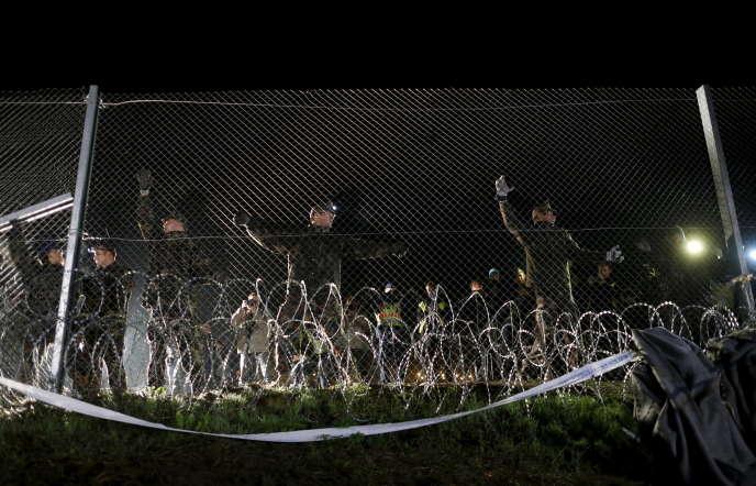 Des soldats hongrois à la frontière avec la Croatie près du village de Botovo, en Croatie, le 17 octobre 2015.