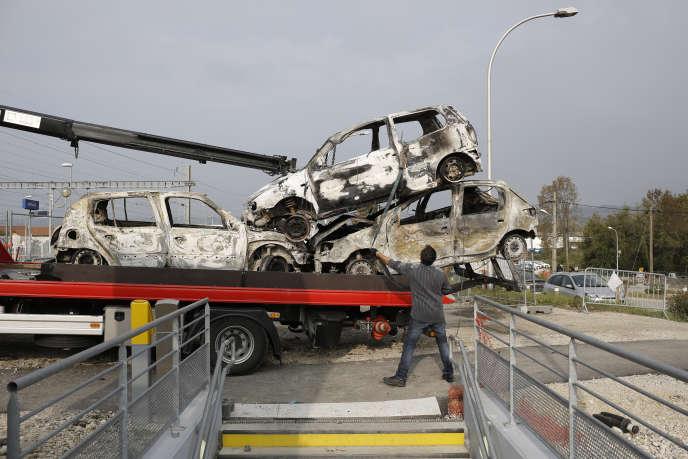 Des véhicules brûlés évacués à Moirans, le 21 octobre 2015.