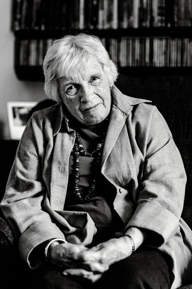 Anthea Bell a longtemps collaboré avec un professeur de français pour transposer en anglais les expressions et les références culturelles d'Astérix.