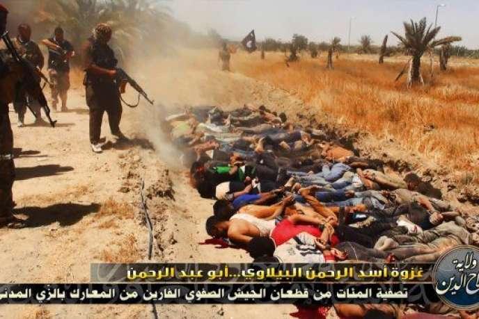 L'industrie des médias a contribué à la banalisation du mal au lieu de le rendre insupportable. Elle a fait en sorte que la vue de la mort ne choque pas plus aujourd'hui que son odeur n'a pu choquer hier. Avec les meilleures intentions du monde (Photo: une des images publiées en 2014 par l'EIIL après une offensive contre les forces gouvernementales irakiennes au cours de laquelle les djihadistes auraient exécuté 1 700 soldats chiites).