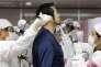 Contrôle de radioactivité sur un employé de la centrale électrique de Fukushima au Japon en février 2012.