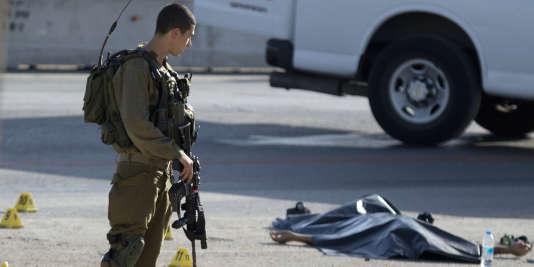 Un soldat israélien, mercredi 21 octobre, sur les lieux d'une attaque au couteau près de la colonie israélienne d'Adam, en Cisjordanie, au nord de Jérusalem. L'agresseur a été tué.