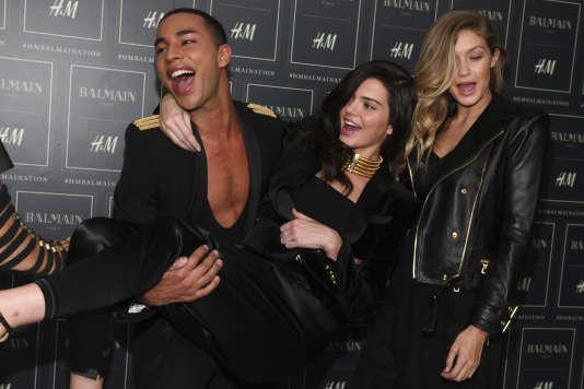 Olivier Rousteing, le directeur artistique de Balmain, et les mannequins Kendall Jenner et Gigi Hadid (de gauche à droite) à New York, le 20 octobre, lors de la soirée de lancement de collaboration exceptionnelle entre Balmain et H&M.