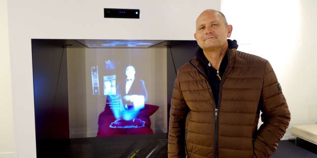 Dominique Hummel, qui pose devant le majordome virtuel de « Futur l'expo », dirige le Futuroscope depuis 2002.