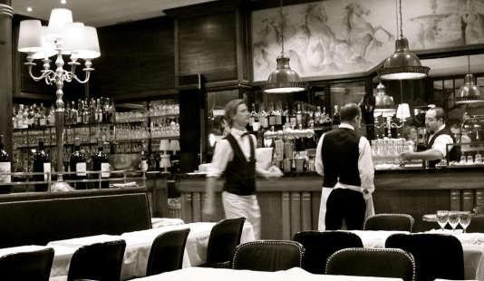 Serveurs, maîtres d'hôtel, sommeliers… En salle, le personnel assure l'interface avec les clients. Et instaurent une ambiance particulière. Ici, à la brasserie de Noailles, à Bordeaux.