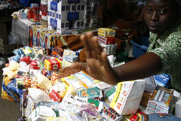 Des médicaments contrefaits sur le marché d'Adjamé, en juin 2007.