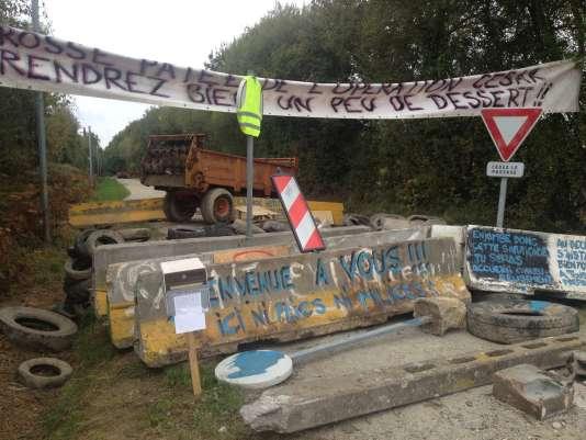 A l'entrée du chemin qui mène à la Noë Verte, nouveau lieu d'occupation dans la ZAD de Notre-Dame-des-Landes, le 21 octobre.